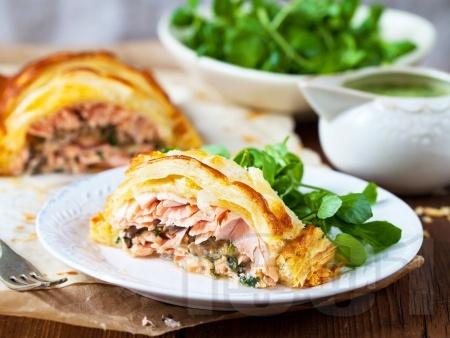 Сьомга със спанак и лук в кори от бутер тесто - снимка на рецептата